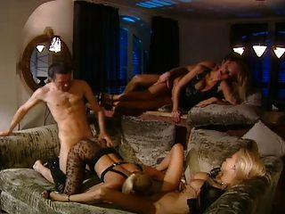 Sexo en grupo con 3 rubias calientes