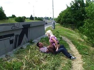 Rubia follada en público serbio alemán