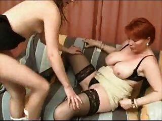 Madura mamá y niña lesbianas juegos