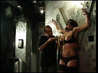 Tetas grandes puta obtiene sus tetas y pezones exprimidos por su maestro