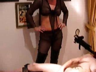 Amante folla esclava chica con la ayuda de la máquina de mierda