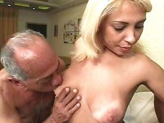 Viejos feos follan a una rubia