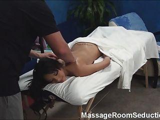 Adolescente caliente follada por terapeuta de masaje!