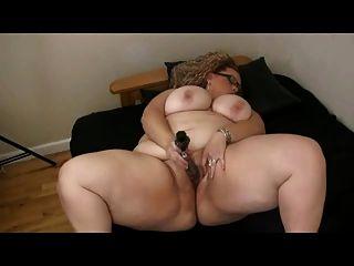 Bbw grande gordo con los tits grandes que juegan con su mojado coño afeitado