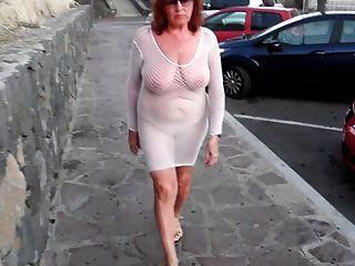 Hermosa puta madura pasea por la ciudad con tetas desnudas
