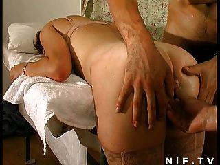 Puta redhead francés se inserta anal en trío
