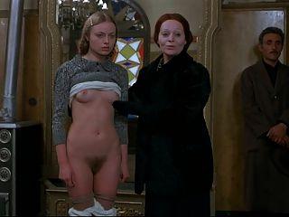 Rubia joven está recibiendo desnudo delante de clientes masculinos.