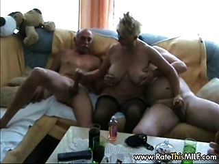 Abuelita amateur con dos chicos