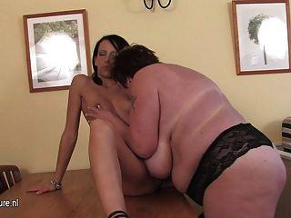 Chubby madre jugando con una chica joven caliente