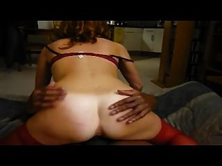 Esposa gimiendo a un orgasmo caliente delante de esposo