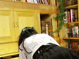 Putitas británicas se follan en un trío ffm en la biblioteca
