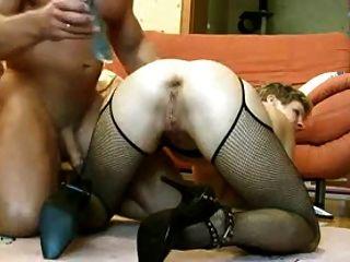 Esposa con un pepino en el culo