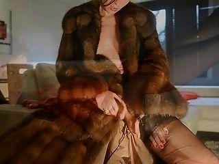 Masturbación en el abrigo de piel de zibeline y nylons vintage cervin