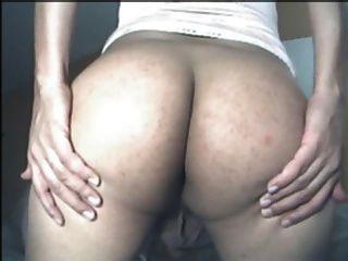 Sissy lola sacude su culo de sissy desnuda para mí.