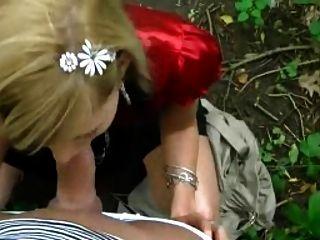 Chica rubia chupa en el parque