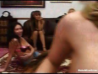 Grupo de chicas chupar un dick afortunado y compartir un cum 2
