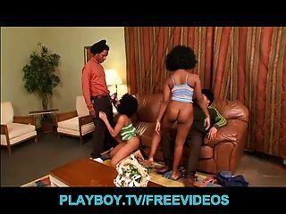 Sexy ebony babes empezar un trío