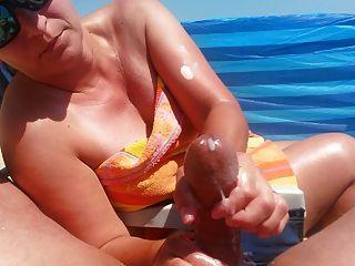Handjob en la playa con la corrida grande por milf caliente