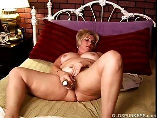 Amateur madura con grandes tetas trabaja su coño mojado y juega