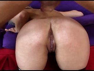 Rubia tiene sexo anal rizado en medias de red