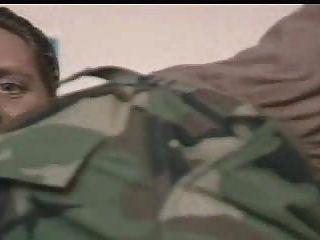 Oficiales militares son instruidos por su comandante para chupar su polla