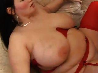 Morena gordita con grandes tetas en la media roja