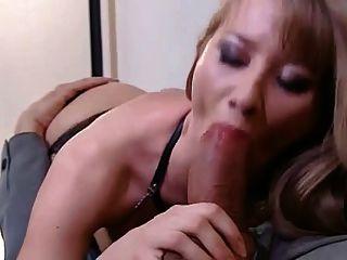 Chica peluda en el sexo de las botas negras