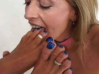 2 mujeres besando lamiendo y chupando pies y pies