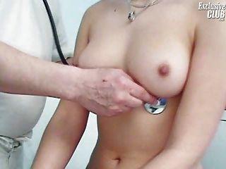 Camilla gyno silla gatito espéculo examen en kinky gyno clinic