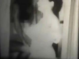 Blanco y negro vintage swingers en un cuarto de baño