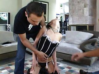 Señora empujando a su esclavo a golpear 2 pollas