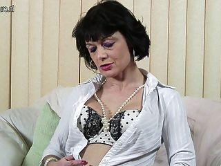 Kinky británico madre trabajando su coño