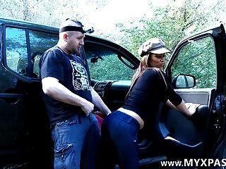 Él la encuentra en facebook y la folla en su coche