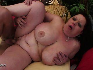 Mama titted enorme obtener una boca llena de esperma