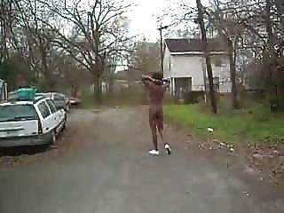 Chica negra desnuda en público