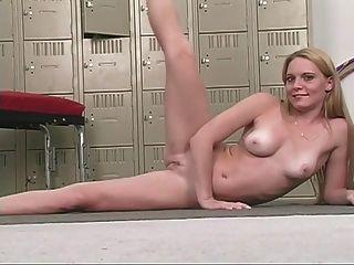 Sexy rubia con hermosos pechos frota su coño rosa
