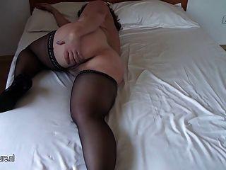 Busty aficionado viejo mamá se moja en su cama