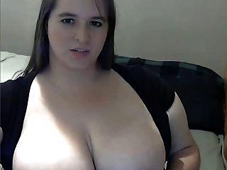 Grasa con el pecho grande masturbándose en la webcam