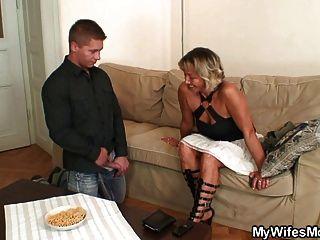 Esposa lo encuentra follando a su mamá