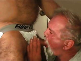 Abuelo follado por papá musculoso