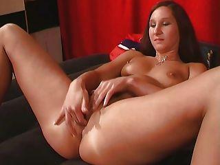 Chica aficionada jugando con su coño mojado