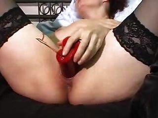 Orgasmo con un vibrador rojo