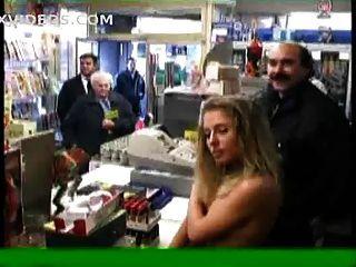 Dos desnudos en público