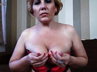 Rubia madura mamá masturbándose en el sofá