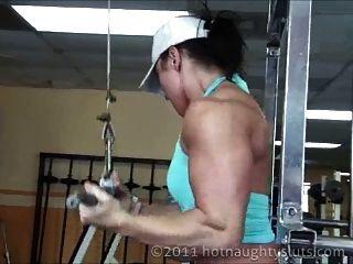 Entrenamiento muscular de chica y ducha