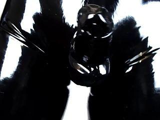 Vistiendo pantalones de látex apretados y guantes (video de látex 2.0)