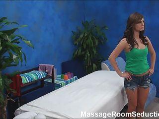 ¡El terapeuta del masaje folla al adolescente caliente!