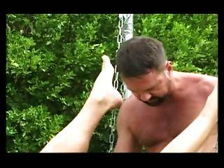 Bareback follando en un sling aire libre