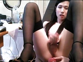 Ladyboy se masturba en la oficina y luego se folla con un consolador