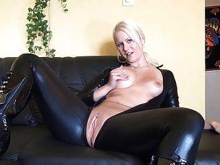 Chica rubia se masturba en traje de látex